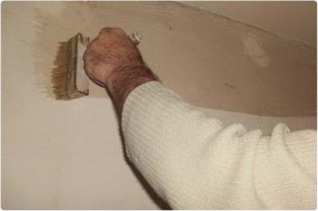Наносим грунтовку глубокого проникновения на стену кистью.