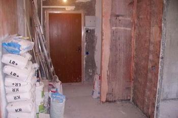 Стены комнаты, обработанные Бетоноконтактом.