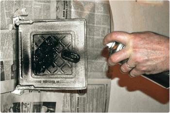 Красим металлическую дверцу печи термостойкой аэрозольной эмалью из баллончика.