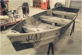 Покрасить лодку под камыш можно своими руками.
