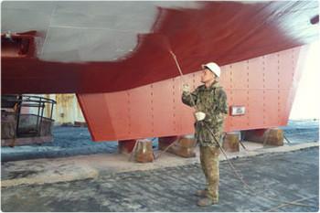 Нанесение методом безвоздушного распыления на дно судна.