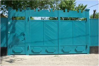 Ворота окрашены синим цветом.